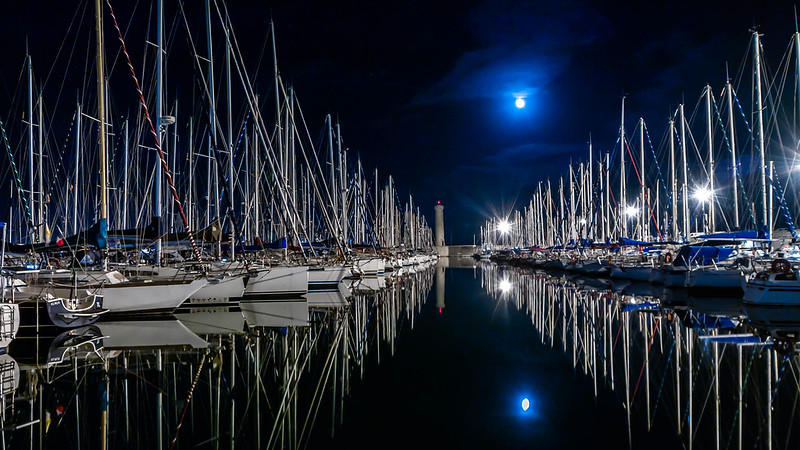 le port , la lune , le phare